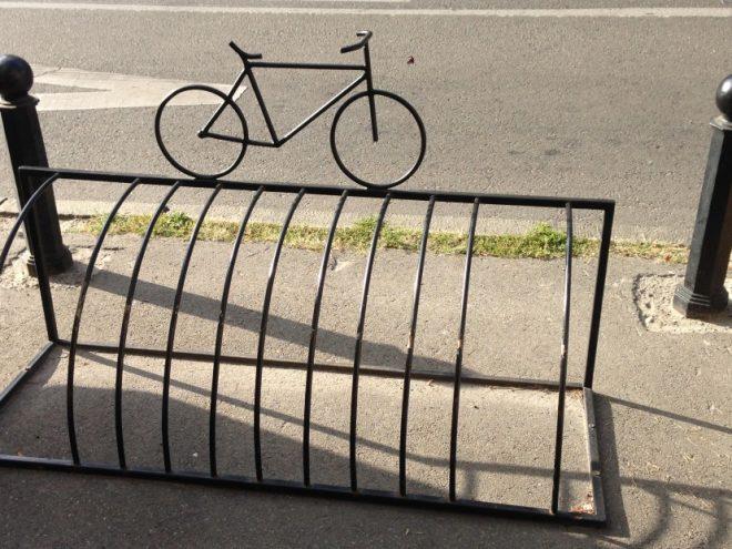 Простая и стильная велопарковка